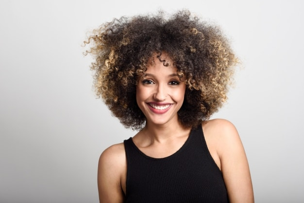 Cheveux bouclés colorés comment en prendre soin ?